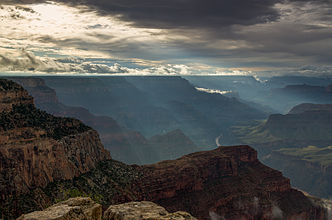 Sun rays at Hopi Point Grand Canyon 2013.jpg