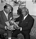 Sydney Bechet tekent grammofoonplaten bij Discotone eigenaar Hank van Leer L. , Bestanddeelnr 908-0493.jpg
