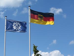 THW und Dienstflagge.png