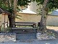 Table de pique-nique derrière l'église Saint-André de Saint-André-d'Embrun.jpg