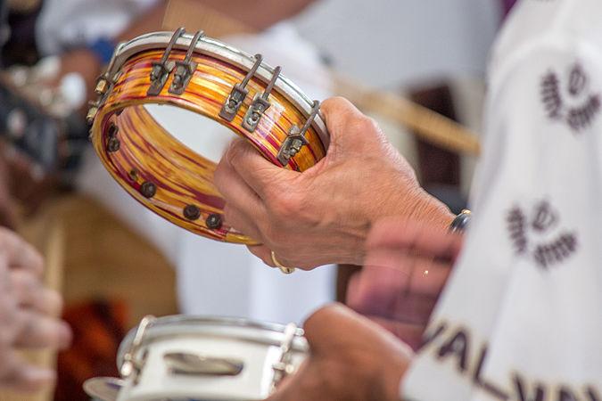 Tamborim tocado em uma roda de samba.jpg