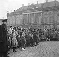 Toeschouwers op het plein van Slot Amalienborg ter ere van de verjaardag van de , Bestanddeelnr 252-8696.jpg