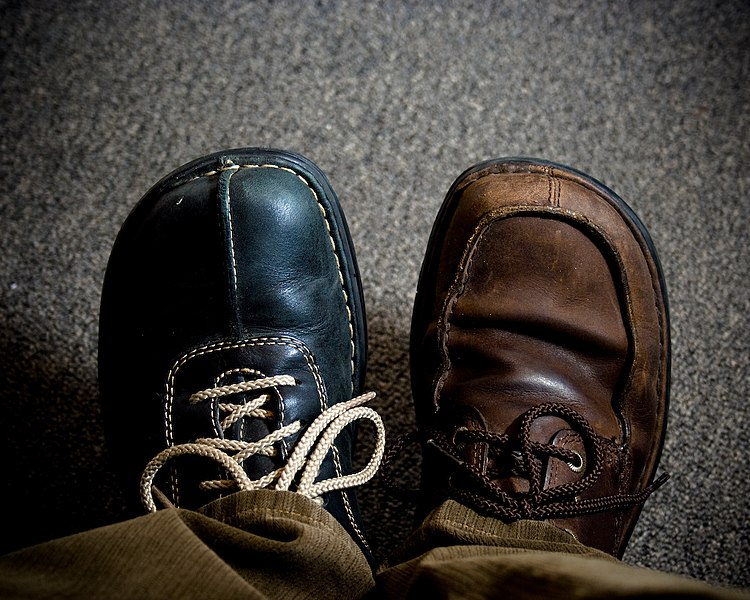 File:Two different shoes on.jpg