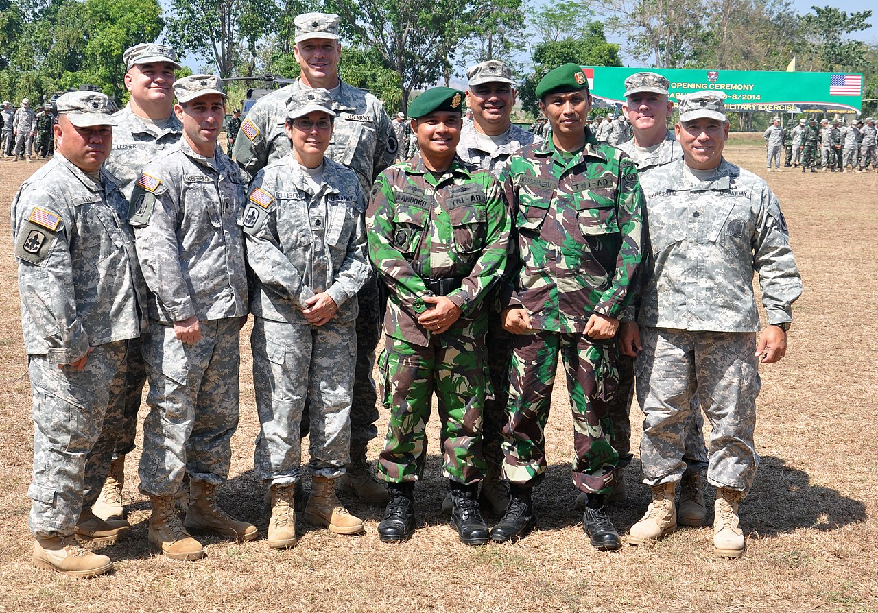 File:U.S. Soldiers with the Hawaii Army National Guard pose with ...