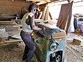 Un menuiser ouvrant une raboteuse dans un atelier de menuiserie a Cotonou.jpg