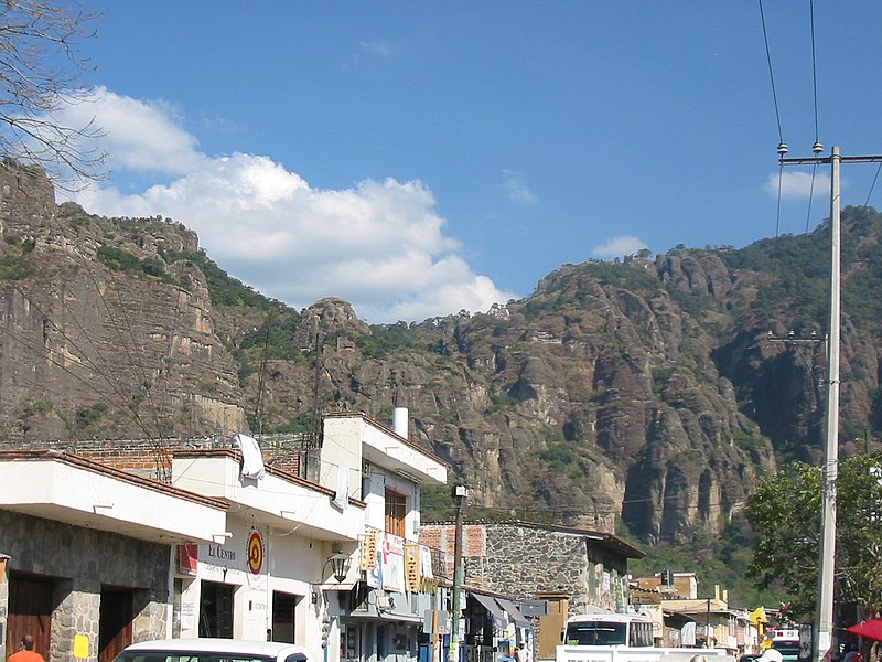 Archivo:ViewofTepoztecoPyramid.JPG