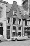 foto van Huis met aan de voorzijde een gecementeerde tuitgevel en aan de achterzijde gepleisterde puntgevel met muurankers