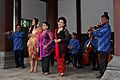 Waldjinah met Orkes Keroncong Bintang Surakarta Tong Tong Fair.jpg