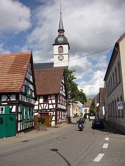 Kirche Westheim (Pfalz); Kirchstraße 214: Evangelische Pfarrkirche; davor Kirchstraße 212 und 211: Fachwerkhäuser