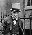 Winston Churchill verl sst das Geb ude der Admiralt t (1912) (cropped).jpg