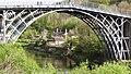 Y Pont Haearn a bwthynnod yn Bower Yard Benthall.jpg