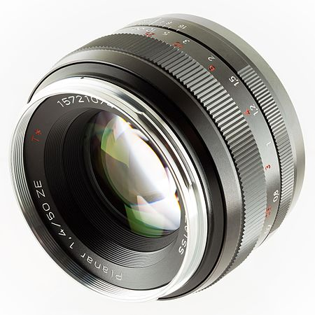 Zeiss Planar T 1,4 50 Canon EF manual focus lens front.jpg