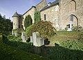 Zicht op het kerkhof welke in etages rondom de kerk ligt met enkele grafkruizen, noordgevel van de kerk - Asselt - 20389553 - RCE.jpg
