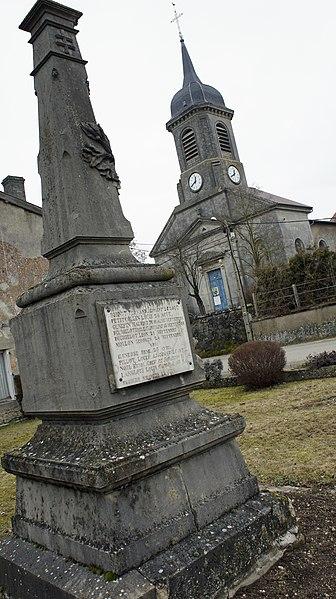Église et monument aux morts à Pierrefitte-sur-Aire (Meuse, France).