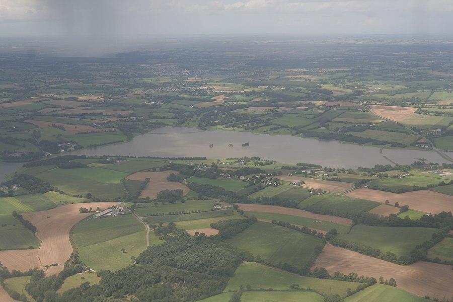 Vue aérienne de l'étang de la Cantache, entre Montreuil-sous-Pérouse, Champeaux (Ille-et-Vilaine) et Pocé-les-Bois.