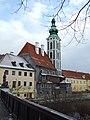 Český Krumlov, pohled na kostel z mostu.jpg