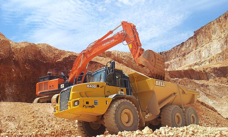 מחפר HITACHI ZX470 חופר עפר ומעמיס אותו על משאית