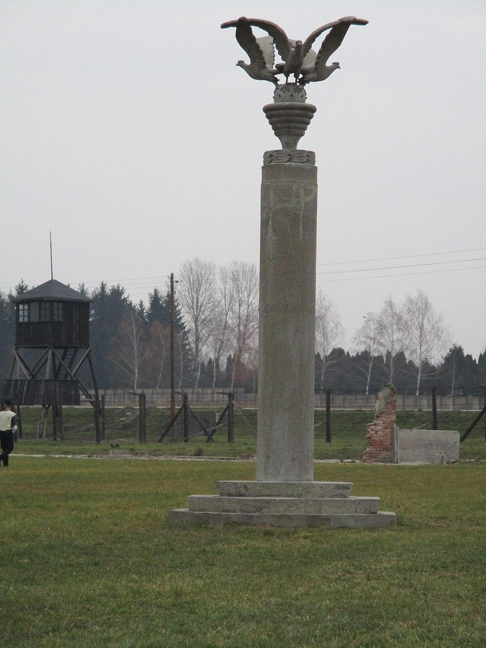 מיידנק, אנדרטה עם שלושה נשרים (1)