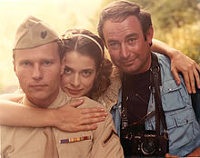 Nastassja Kinski nel 1984, fra il collega John Savage e il fotografo Yoni S. Hamenachem, durante una pausa sul set di Maria's Lovers.