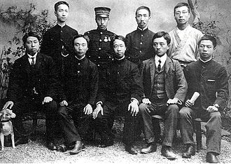 Huaxinghui - Huaxinghui leaders. Photo shot in 1905 in Tokyo。First row left: Huang Xing, fourth from left: Song Jiaoren