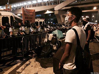香港示威者與警方對峙持續 (4).jpg
