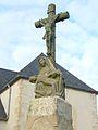 06 Bourg-Blanc Calvaire et piétà près église paroissiale stèle romaine christianisée.JPG