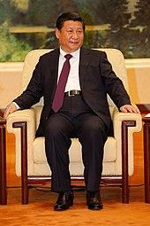 Xi Jinping sitzt in einem Sessel.