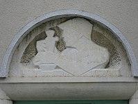 1100 Laxenburger Straße 203-217 Stg. 26 - Natursteinrelief Gärtner von Gabriele Waldert IMG 7435.jpg