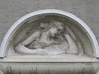 1100 Laxenburger Straße 203-217 Stg. 7 - Natursteinrelief Mutter mit Kind von Josef Riedl IMG 7415.jpg