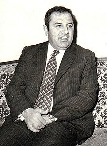 Ritratto di Dara Tawfiq seduta, guardando a destra