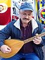25d8h Der 1950 in Samsun geborene und seit 1974 in Hannover lebende Musiker Yildirim Sedat mit Bağlama und Volksliedern bei der Mahnwache am Klagesmarkt.jpg