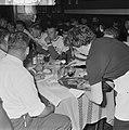 51ste Tour de France 1964, maaltijden Nederlandse ploeg links van serveerster …, Bestanddeelnr 916-5751.jpg