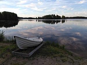 A rowboat on the Eerolanlahti beach of lake Tuomiojärvi.jpg