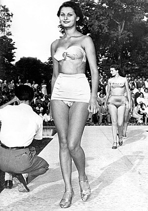 Miss Italia - Image: A young Sophia Loren, aged 15, at a beauty contest in Naples, Italy