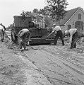 Aanleg en verbeteren van wegen, dijken en spaarbekken, landbouwwegen, spreidmach, Bestanddeelnr 161-0781.jpg