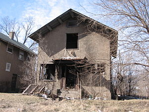 English: Abandoned home in Ambridge.