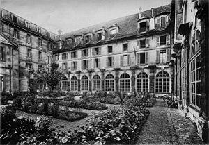 Abbaye-aux-Bois - The courtyard garden at Abbaye-aux-Bois. (1905)