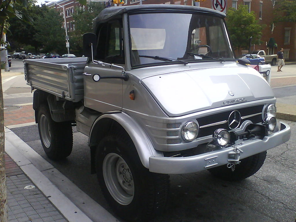1024px-Almost_new_looking_UNIMOG_in_Balt