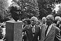 Anton Pieck (rechts) en beeldhouwer Kees Verkade bij de bronzen kop, Bestanddeelnr 932-6241.jpg