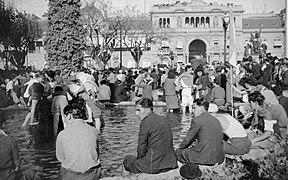Archivo General de la Nación Argentina 1945 Buenos Aires Plaza de Mayo el 17 de octubre, pies en el agua.jpg