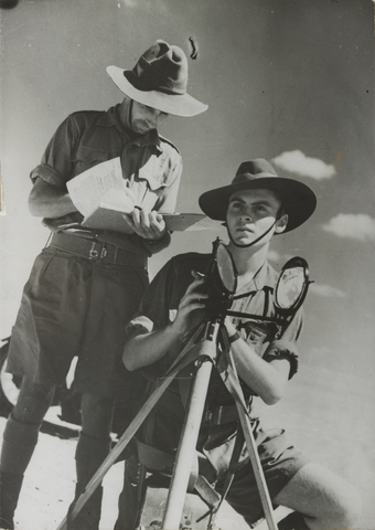 Heliograph: Australians using a heliograph in North Africa (1940). Australian Heliograph in Egyptian Desert 1940.png