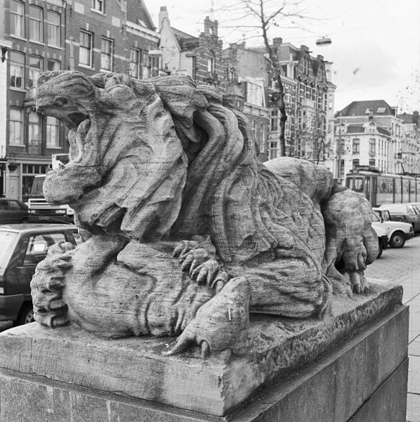 Bestand beeld van een leeuw links naast de ingang van het hoofdgebouw van artis amsterdam - Beeld het meisje van ...