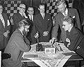 Begin 23e Hoogovenschaaktoernooi te Beverwijk, eerste zet bij partij Larsen en O, Bestanddeelnr 911-9715.jpg