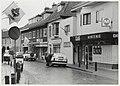 Bloemendaalsestraatweg in Santpoort Zuid, waar nogal wat winkels verdwijnen. 1997. NL-HlmNHA 54050174.JPG