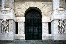 L'ingresso di Palazzo Mezzanotte, sede della Borsa di Milano dal 1932