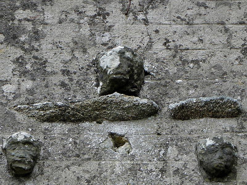 Église Sainte-Marie de Boulay-les-Ifs (53). Têtes sculptées ornant la façade occidentale.