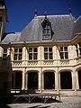 Bourges - palais Jacques-Cœur, cour (06).jpg