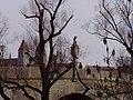 Bruckmandl hält Ausschau - dahinter Türme von Niedermünster - panoramio.jpg