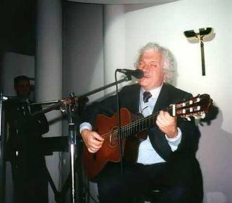 Almeno tu nell'universo - Bruno Lauzi wrote the lyrics of the song.