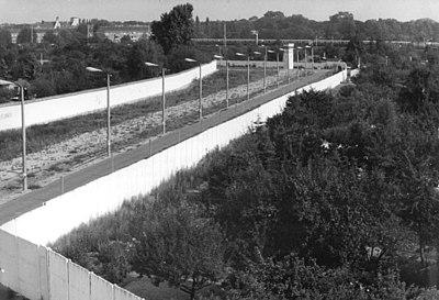 Bundesarchiv Bild 183-1990-0831-012, Berlin, Plänterwald, Mauer mit Todesstreifen.jpg
